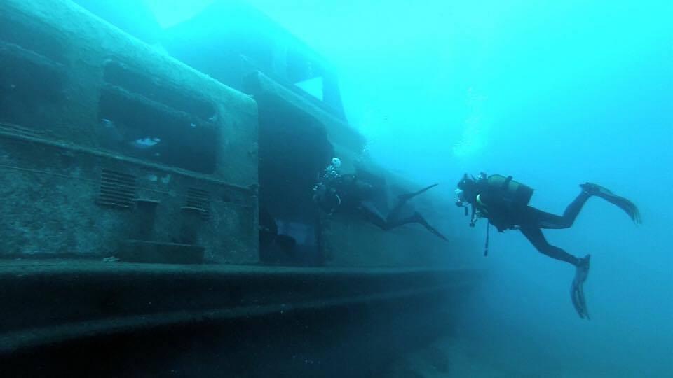 wreck_divers